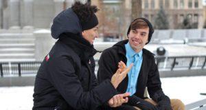 Jovens conversando sobre erros omuns em inglês