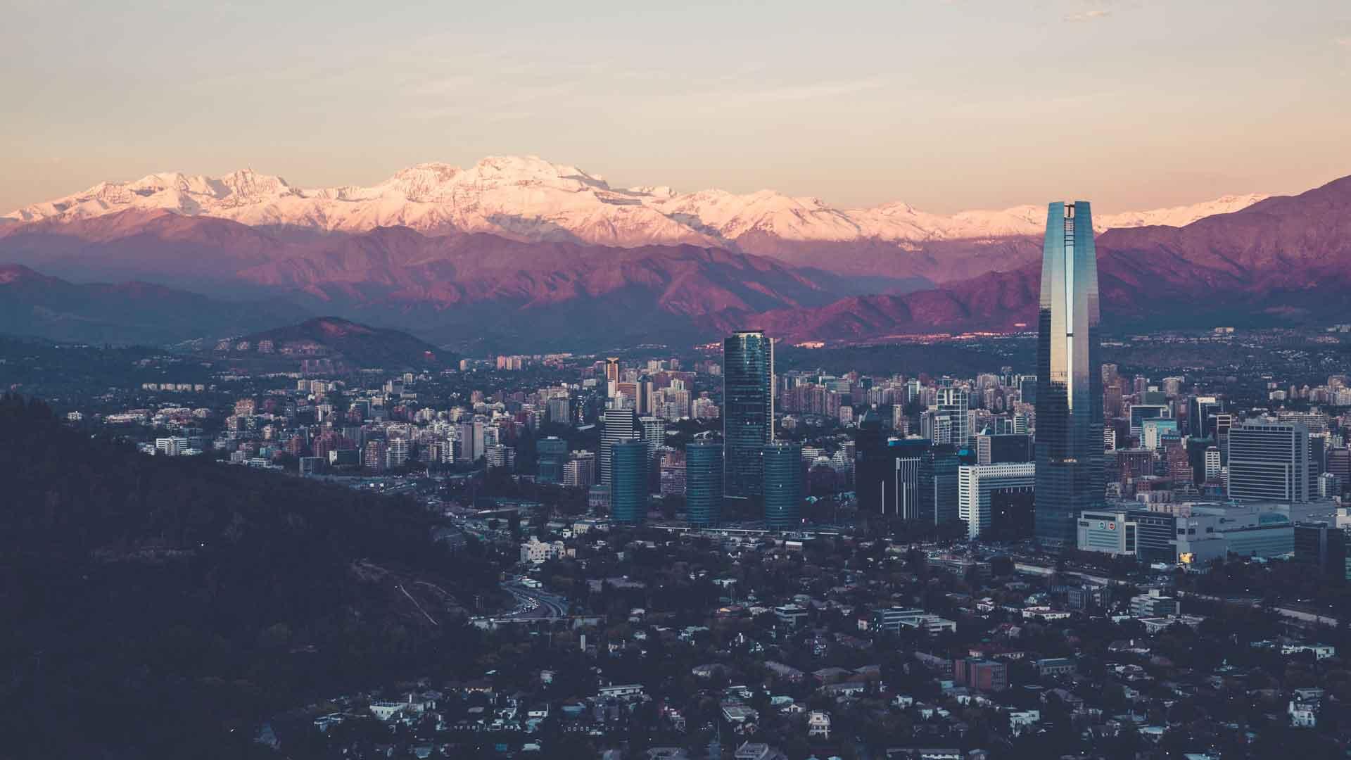 Santiago, no Chile, com a Cordilheira dos Andes no horizonte