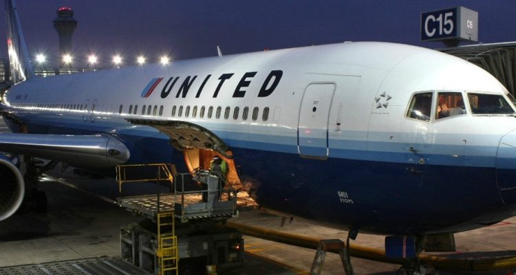 Passageiro é agredido e forçado a deixar voo da United Airlines por causa de overbooking