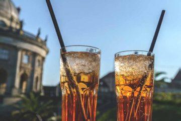 Bebendo em frente ao Museu Bode em Berlim