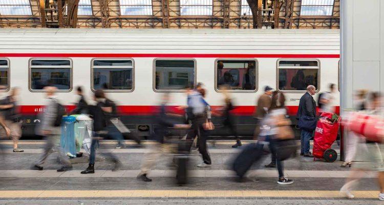 pessoas indo trabalhar na Itália