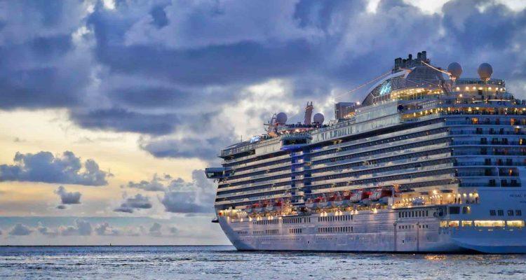 Navio de cruzeiro em alto mar