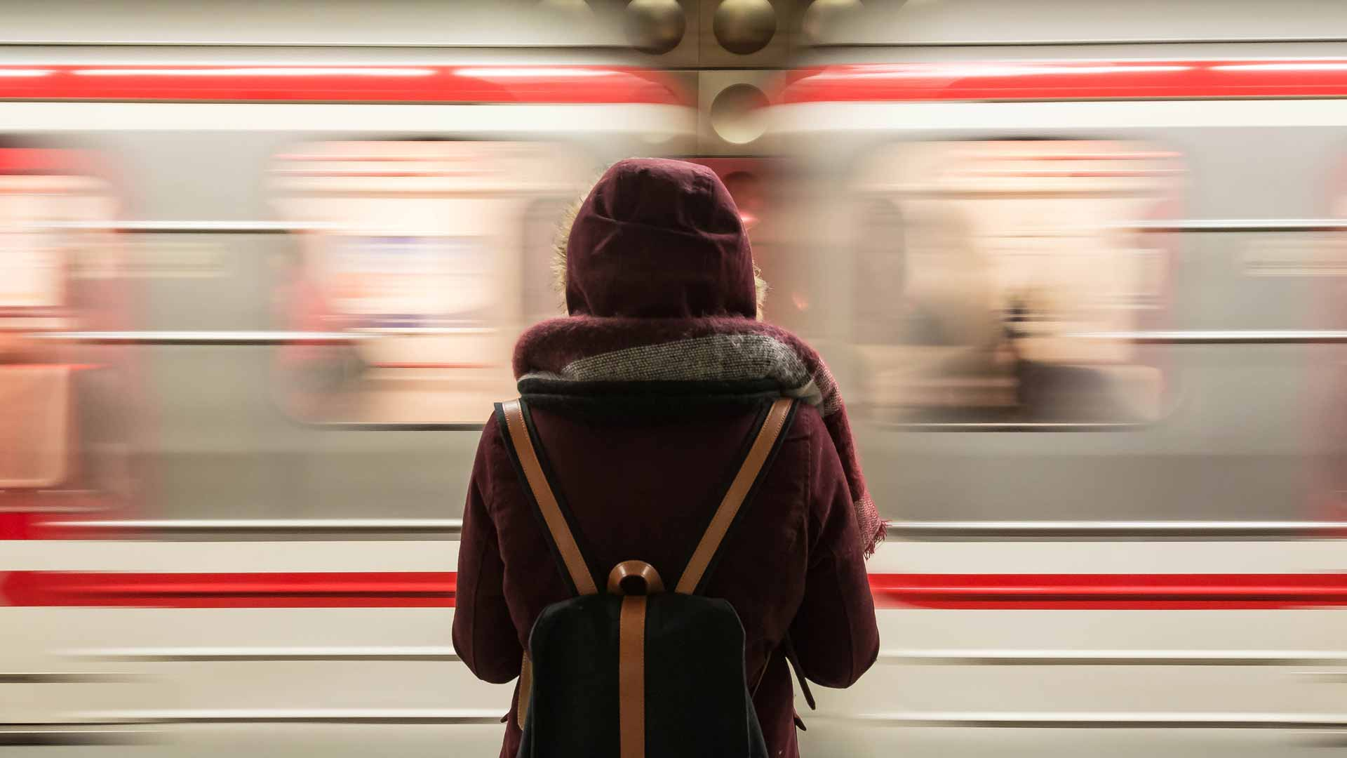 menina a espera do trem