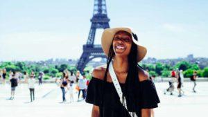 Mulher feliz por viajar sozinha