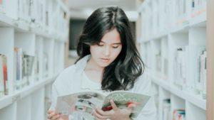 Menina estudando para aprender inglês básico