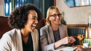 Mulheres estudando para descobrir o nível de inglês