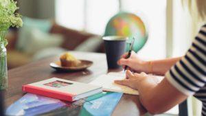 Mulher estudando para melhorar o inglês intermediário