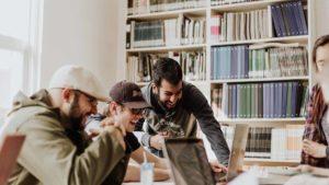 Estudantes frequentando o melhor curso de inglês no exterior