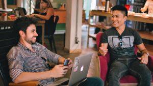 Dois rapazes estudando em um dos melhores cursos de espanhol do exterior