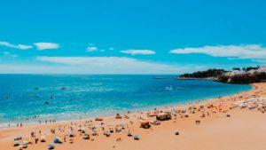 Vista da praia de Albufeira, uma das cidades para se morar no Algarve