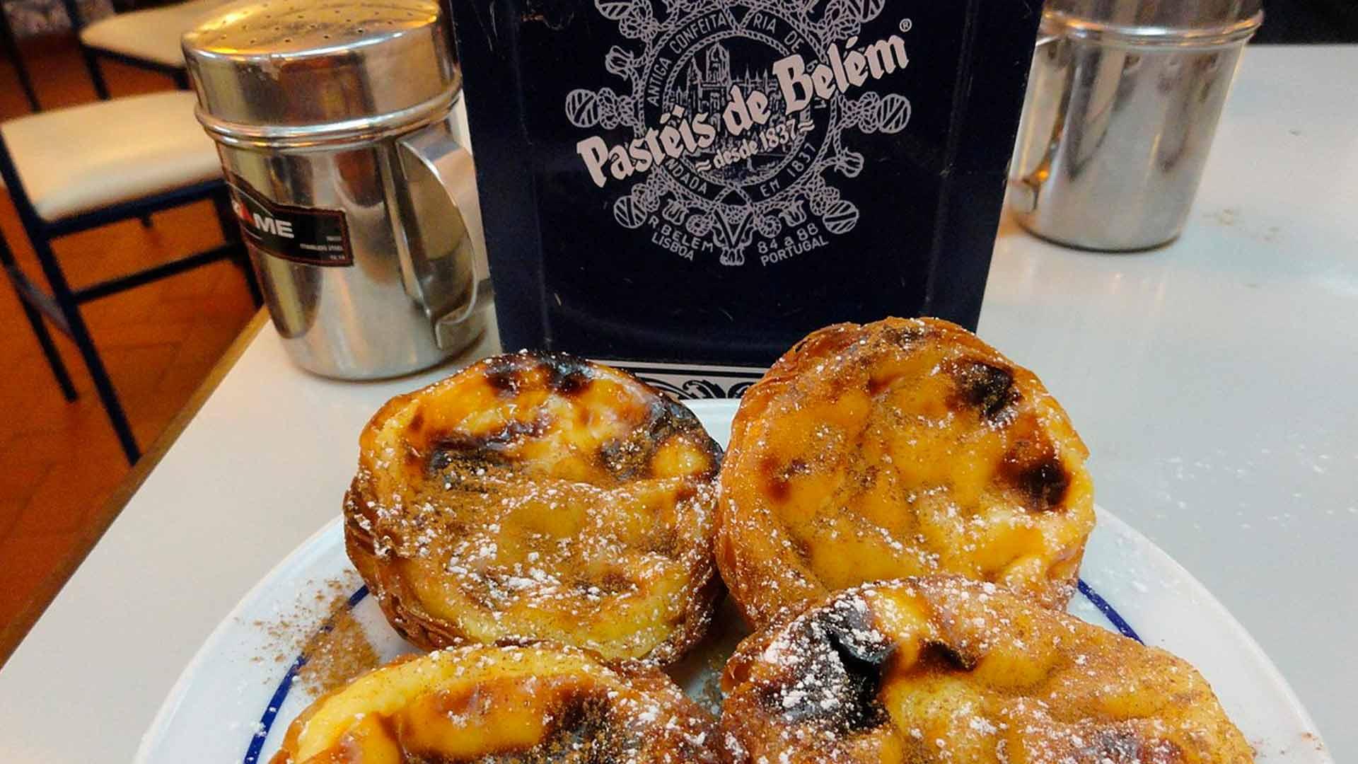 Comer pastel de Belém é uma ótima sugestão do que fazer em Lisboa