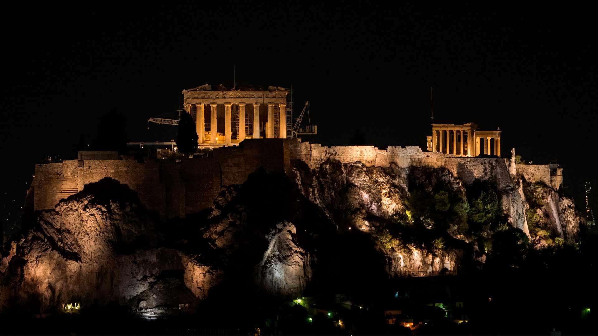 Vista noturna de Atenas, capital de um dos países da Europa