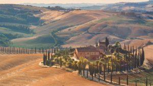 Vista de uma casa na região da Toscana, na Itália